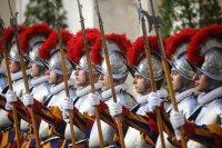 снимка 2 Нови швейцарски гвардейци положиха клетва за вярност към папата във Ватикана (Снимки)