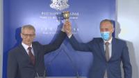 Красимир Вълчев предаде училищния звънец на Николай Денков