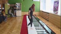 Деца със специални потребности свирят на 9-метрово пиано