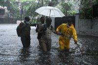 Циклонът Тауктае връхлетя Индия и взе най-малко 12 жертви