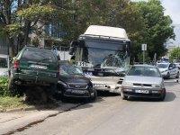 Автобус удари 7 автомобила в София