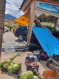 Кола се вряза във витрина на магазин в Гоце Делчев