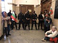 Протест срещу Гешев влезе в Съдебната палата, демонстранти стоят пред кабинета му