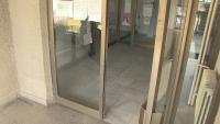 Агресивен мъж счупи стъкла на входа на полицията в Русе