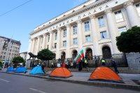 Протестиращи разпънаха палатки пред Съдебната палата