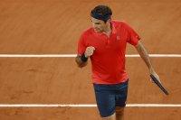 Федерер стартира с труден успех защитата на титлата в Хале