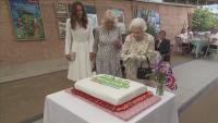 С церемониален меч кралица Елизабет II разряза тортата за рождения си ден