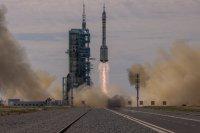 Китай изпрати първия екипаж на новата си космическа станция