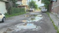 """Сигнал от кв. """"Орландовци"""": Как се живее без канализация и тротоар"""