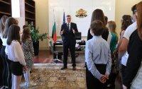 """Стефан Янев запозна """"малките министри"""" с дейността на служебното правителство"""