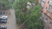 Поройни дъждове влачиха коли и наводниха къщи в страната