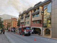 Пожар гори в бизнес център в Смолян