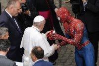 Папа Франциск се ръкува със Спайдърмен и получи подарък (Снимки)