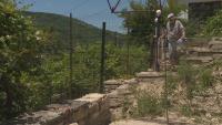 Парадокс: Заради спор със съсед ограда пречи на мъж да излезе от дома си