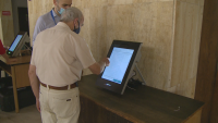 Възрастни русенци чакат на опашка за пробно машинно гласуване
