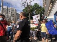 Протест пред сградата на ДНСК