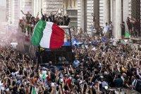 Отборът на Италия направи своя шампионски парад в Рим (Снимки)