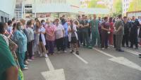 """Медици от """"Пирогов"""" протестираха след уволнението на проф. Балтов (Обзор)"""