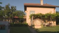 На село през лятото: Българите предпочитат къща с двор и зеленчуци