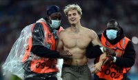 Фен нахлу на финала на Евро 2020 (Снимки)