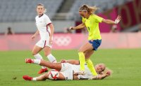 снимка 8 Звездите от футболния тим на САЩ с поражение срещу Швеция