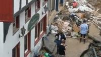 За пред камерите: германска репортерка се намаза с кал при отразяването на наводненията