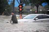25 загинали и 200 000 евакуирани при наводнения в Китай