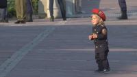 Най-малкият войник: Едногодишно момченце с униформа участва в церемония във Велико Търново