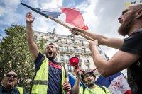 Сълзотворен газ на демонстрация срещу санитарните пропуски в Париж