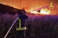 Пожари бушуват в Катания