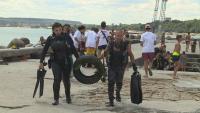 Водолази почистиха морския бряг във Варна