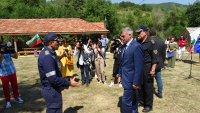Премиерът се срещна с огнеборци, гасили пожарите в Благоевградско и РС Македония