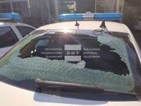 Заради глоби пиян мъж потроши стъклата на 4 патрулки в Шумен (СНИМКИ)