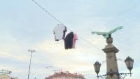 Кабел за улично осветление на Орлов мост се превърна в простор за дрехи