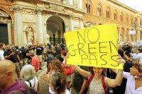 Антиваксъри призовават за въоръжени нападения в Италия