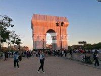 Парижани се любуват на опакованата Триумфална арка