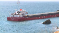 Все още не е започнала операцията по разтоварване на заседналия край Камен бряг кораб