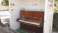 Вандали пак изпотрошиха пианото на площада в Търговище
