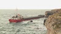 Очакват три баржи от Италия за разтоварване на заседналия кораб