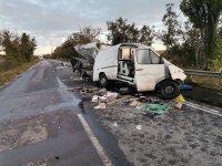 Бус се блъсна в камион на пътя Шумен - Русе, има жертва (СНИМКИ)
