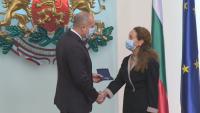 Румен Радев награди с Почетния знак дейци на културата и изкуството