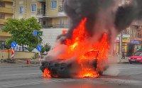 """Лек автомобил избухна в пламъци в столичния квартал """"Надежда"""" (СНИМКИ)"""