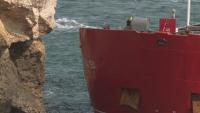 Четиритонни котви ще бъдат закачени за заседналия край Камен бряг кораб