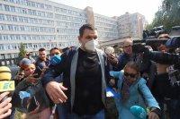Променен визуално и без охрана: Делян Пеевски се яви в ДАНС