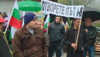 Протест заради забавен ремонт блокира пътища в Пазарджишко