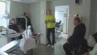 Зъболекар влезе в класната стая, за да предаде опита си на ученици