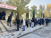 """Опашка пред ваксинационния пункт на """"Света Анна"""" заради нов срив в системата за сертификати"""