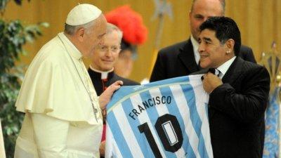 Папа Франциск се моли да душата на Марадона