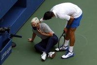 Джокович призова феновете си да не се нахвърлят върху пострадалия лайнсмен